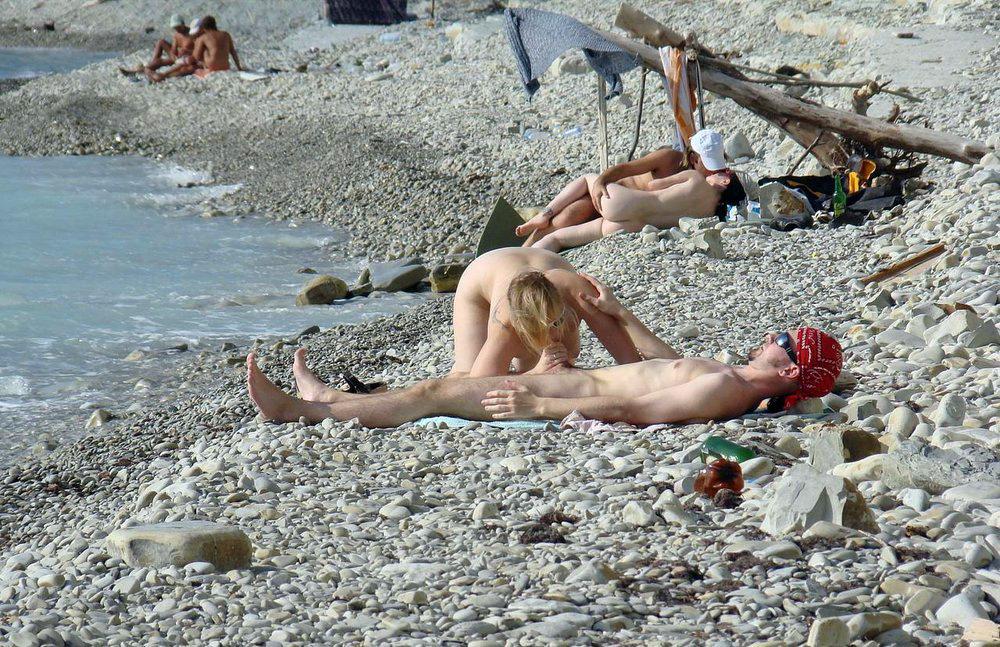 голые на общественном пляже фото
