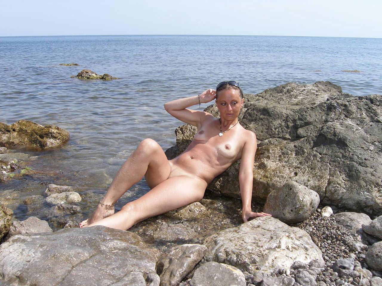 Фото голые зрелые на море 5 фотография