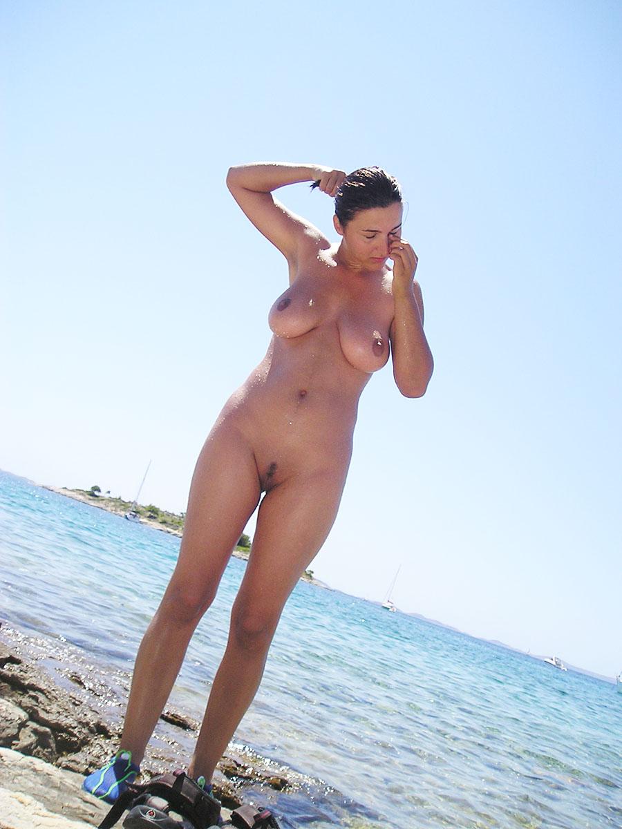 Старая тетка на пляже 16 фотография