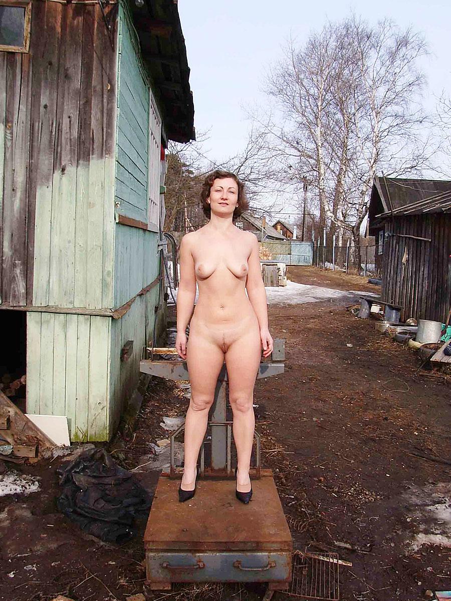 golaya-zhenshina-pri-vseh