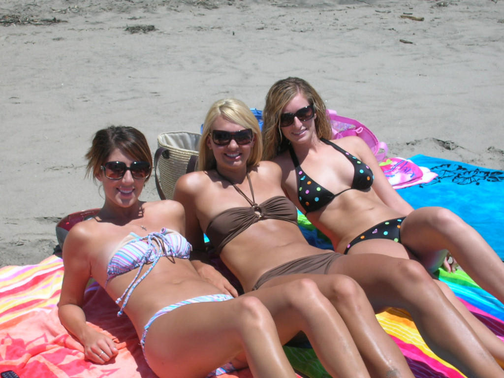 Bikini babes undressing A Busty Bikini Girl Undressing On The Rarawa Nudist